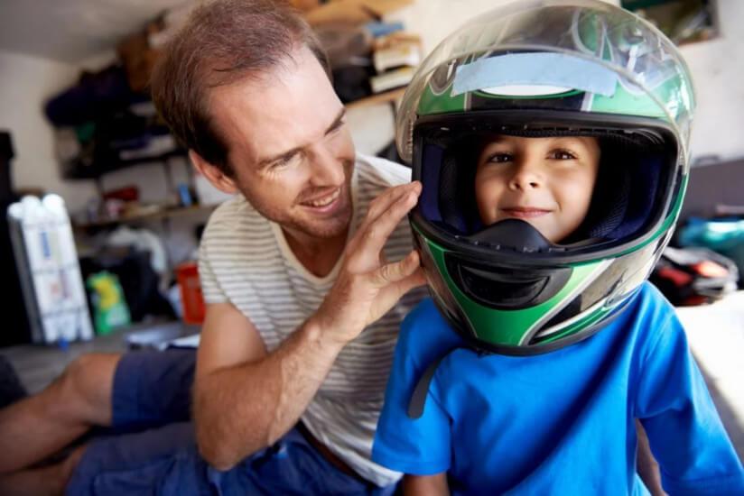 Qual é a idade mínima para uma criança andar de moto?